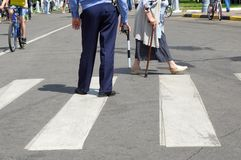 Policjant z prąciem na crosswalk fotografia stock