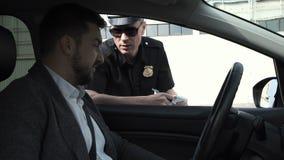 Policjant zatrzymuje kierowcy zdjęcie royalty free