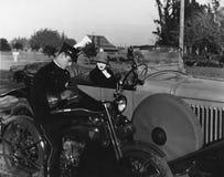 Policjanta writing kierowcy żeński bilet (Wszystkie persons przedstawiający no są długiego utrzymania i żadny nieruchomość istnie Fotografia Stock