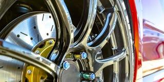Polier-Mag-Rad mit blauen Bolzenkappen eines Autos stockfotografie