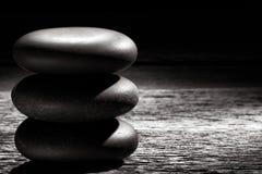 Polier-Zen Massage Stones Cairn auf Weinlese-Holz Lizenzfreie Stockfotos