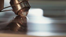Poliermaschine des Diamanten, die einen großen Diamanten reibt stock footage