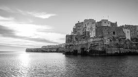 Polignano俯视海的母马A镇 免版税库存图片