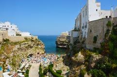 Polignano母马亚得里亚海,普利亚,南意大利峭壁的一点镇  免版税库存照片
