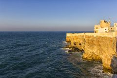 Polignano: απότομοι βράχοι στη θάλασσα στοκ εικόνες