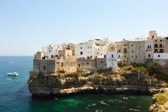 Polignano μια συναρπαστική θέα φοράδων, Apulia, Ιταλία ιταλικό πανόραμα Απότομοι βράχοι στην αδριατική θάλασσα Στοκ Φωτογραφία