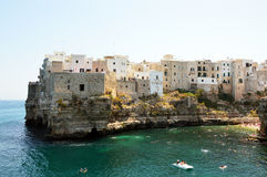 Polignano μια συναρπαστική θέα φοράδων, Apulia, Ιταλία ιταλικό πανόραμα Απότομοι βράχοι στην αδριατική θάλασσα Στοκ Εικόνες