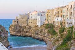 Polignano μια φοράδα: σπίτια που αγνοούν τη θάλασσα στοκ εικόνες
