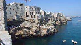 Polignano een merrie adembenemend gezicht, Apulia, Italië Italiaans panorama Klippen op Adriatische overzees stock video