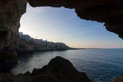 Polignano een Merrie: kust overzeese mening van binnenuit een hol royalty-vrije stock foto