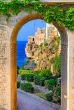 Polignano een Merrie, Puglia, Italië: Ponte Di Polignano brug met royalty-vrije stock afbeeldingen