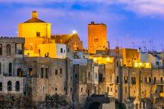 Polignano een Merrie, Puglia, Italië: Zonsondergang bij Cala Paura golf met royalty-vrije stock afbeelding
