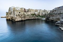 Polignano een Merrie, Puglia - Itali? Nacht bij Cala Paura golf met Bastione-Di Santo Stefano en Lama Monachile-strand op achterg royalty-vrije stock fotografie