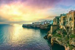 Polignano ein Stutendorf bei Sonnenaufgang, Bari, Apulien, Italien stockfotografie