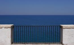 Polignano en balkong till havet, Puglia, Italien royaltyfri fotografi