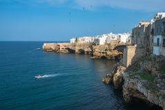 Polignano en sto, scenisk stad i Puglia, sydliga Italien Royaltyfria Bilder