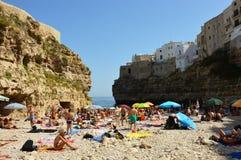 POLIGNANO klacz WŁOCHY, SIERPIEŃ, - 4, 2017: Bardzo Zatłoczony Plażowy Pełny ludzie w Polignano klacz, Apulia, Włochy Obraz Royalty Free