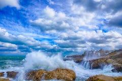 Polignano Mare BARI, tempête de mer de l'Italie : ciel sur terre Photo stock