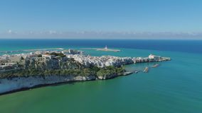 Polignano um branco de Mare Apulia City Sea Coastline abriga o castelo de ana no voo do zangão de Itália filme