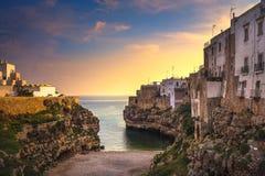 Polignano uma vila no nascer do sol, Bari da égua, Apulia, Itália imagens de stock