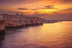 Polignano uma vila no por do sol, Bari da égua, Apulia, Itália fotografia de stock royalty free