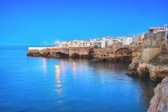 Polignano uma vila no por do sol, Bari da égua, Apulia, Itália imagens de stock royalty free