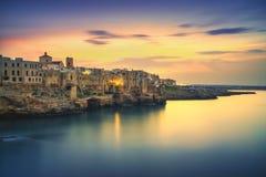 Polignano uma vila no por do sol, Bari da égua, Apulia, Itália foto de stock