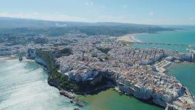 Polignano un blanco de Mare Apulia City Sea Coastline contiene el castillo de la anecdotario en vuelo del abejón de Italia metrajes