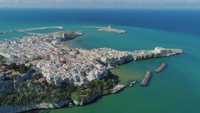 Polignano un blanco de Mare Apulia City Sea Coastline contiene el castillo de la anecdotario en vuelo del abejón de Italia almacen de video