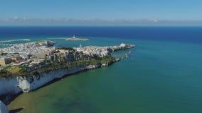 Polignano un blanco de Mare Apulia City Sea Coastline contiene el castillo de la anecdotario en vuelo del abejón de Italia almacen de metraje de vídeo