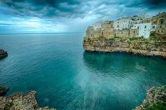 Polignano une jument (BA, Italie) : ciel sur terre Photos libres de droits