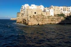 Polignano une jument (BA) : niveau de la mer de vue à environ Images libres de droits