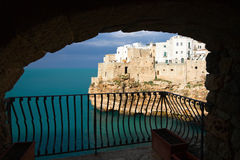 Polignano une jument : vue d'un balcon Photographie stock libre de droits