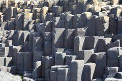 Poligonalne bazaltowej lawy skały kolumny Gigantyczny ` s droga na grobli zdjęcia royalty free