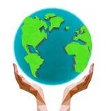 Poligonalne ręki trzyma wielobok kulę ziemską Dzień ziemia Obraz Stock
