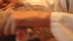 Polijsten en het oppoetsen vaas stock videobeelden
