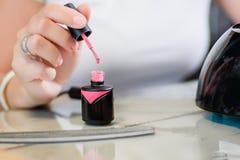 Polimento de pregos cor-de-rosa do gel Imagem de Stock