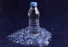 Polimeri di plastica riciclati dalla bottiglia di acqua dell'ANIMALE DOMESTICO Fotografie Stock