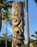 Polinésio Tiki Carved de um tronco de palmeira fotos de stock royalty free