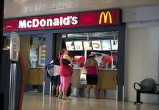 POLINESIA- 6月16日:人购买食物在McDonalds在2011年6月17日的机场在波里尼西亚 图库摄影