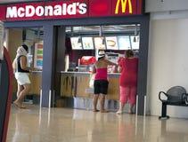 POLINESIA- 6月16日:人购买食物在McDonalds在2011年6月17日的机场在波里尼西亚 免版税库存照片