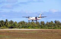 POLINESIA- 6月16日:螺丝飞机- ATR 72空气塔希提岛公司在2011年6月16日的小热带海岛提克豪环礁做着陆 库存图片