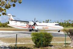 POLINESIA- 6月16日:螺丝飞机- ATR 72空气塔希提岛公司在2011年6月16日的小热带海岛提克豪环礁做着陆 库存照片