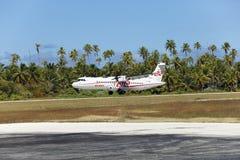 POLINESIA- 6月16日:螺丝飞机- ATR 72空气塔希提岛公司在2011年6月16日的小热带海岛提克豪环礁做着陆 免版税库存图片