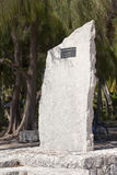 POLINESIA- 6月16日:以纪念赛艇的一块难忘的石头在2011年6月16日的海岛提克豪环礁上在波里尼西亚 免版税库存照片