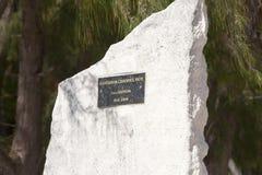 POLINESIA- 6月16日:以纪念赛艇的一块难忘的石头在2011年6月16日的海岛提克豪环礁上在波里尼西亚 库存照片