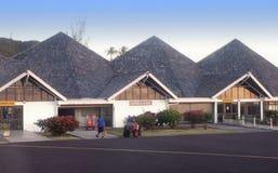 POLINESIA- 17 DE JUNIO: pequeño aeropuerto en la isla tropical Huahine el 17 de junio de 2011 en Polinesia francesa Imágenes de archivo libres de regalías
