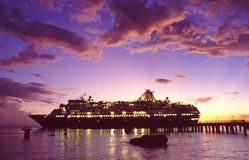 Polinesia francesa: Barco de cruceros iluminado en la puesta del sol imagen de archivo libre de regalías
