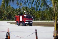 POLINESIA- 16 JUNI: Brandweerauto op een startgebied van klein tropisch eiland Tikehau op 16 juni, 2011 in Polynesia Stock Fotografie
