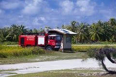 POLINESIA- 16 JUNI: Brandweerauto op een startgebied van klein tropisch eiland Tikehau op 16 juni, 2011 in Polynesia Royalty-vrije Stock Afbeelding